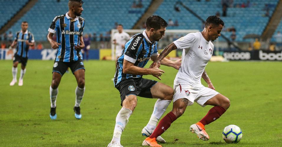Kannemann faz a marcação durante Grêmio x Fluminense
