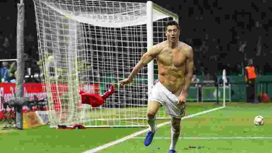 Lewandowski quase faz striptease em campo na final da Copa da Alemanha - Christian Charisius / AFP