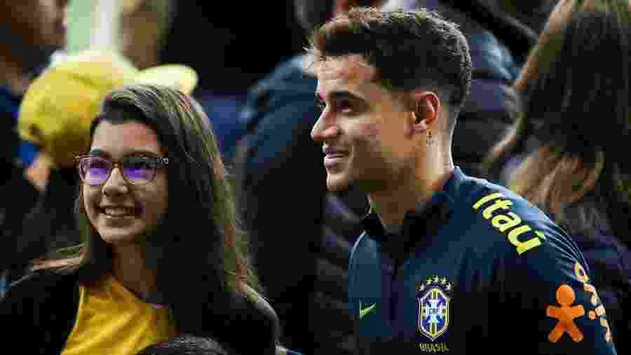 Philippe Coutinho atende torcedora no Beira-Rio, após treino da seleção brasileira - Pedro H. Tesch/AGIF