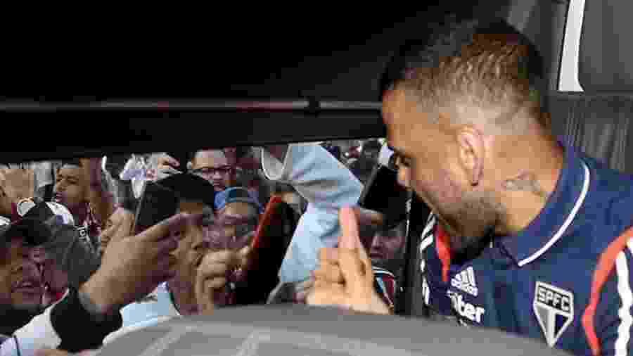 Daniel Alves veste a camisa do São Paulo e cumprimenta torcedores - @SaoPauloFC/Twitter