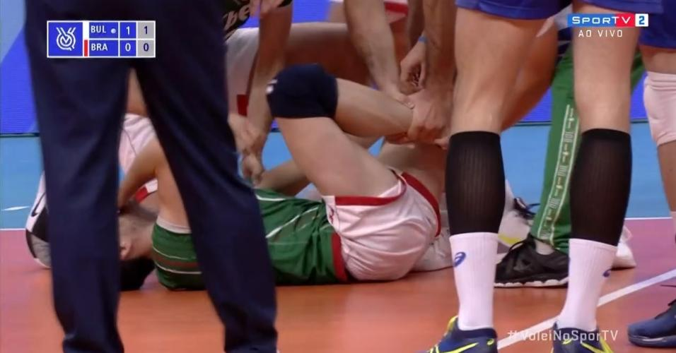 Skrimov fica chorando no chão após se machucar no duelo entre Bulgária e Brasil