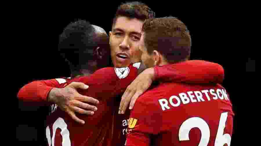 Roberto Firmino comemora gol com Sadio Mané e Andrew Robertson no Stamford Bridge - John Sibley/Reuters