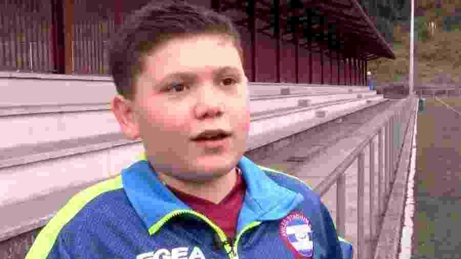 Garoto de 11 anos que ajudou árbitra na Espanha - Reprodução / Twitter / El Comercio