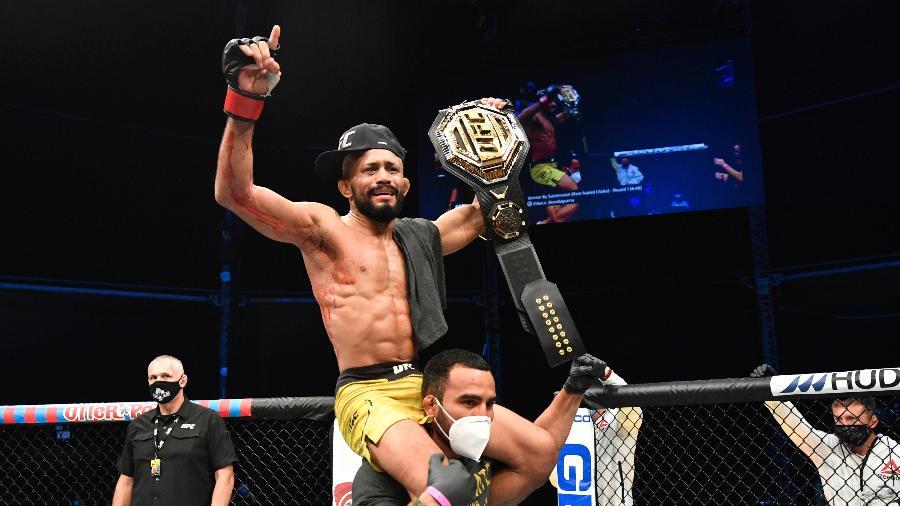DEiveson Figueiredo comemora vitória sobre Joseph Benavidez no UFC  - Jeff Bottari/Zuffa LLC via Getty Images