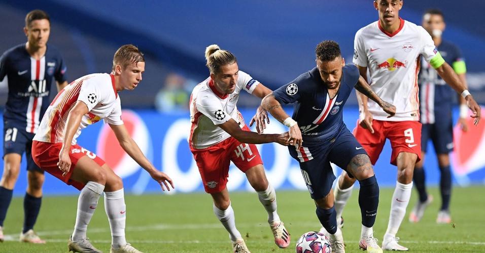 Neymar, do PSG, tenta se livrar da marcação de Kevin Kampl, do RB Leipzig, na semifinal da Liga dos Campeões