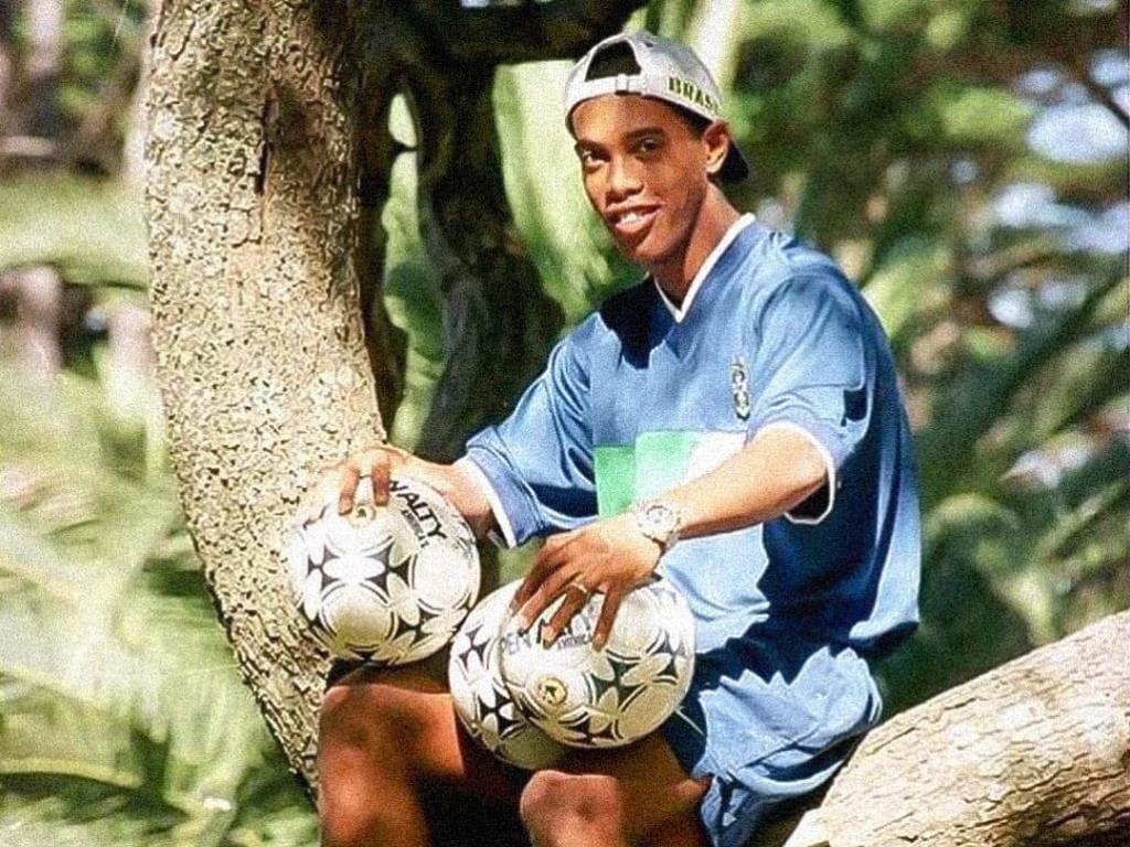 Ronaldinho Gaúcho em cima da árvore