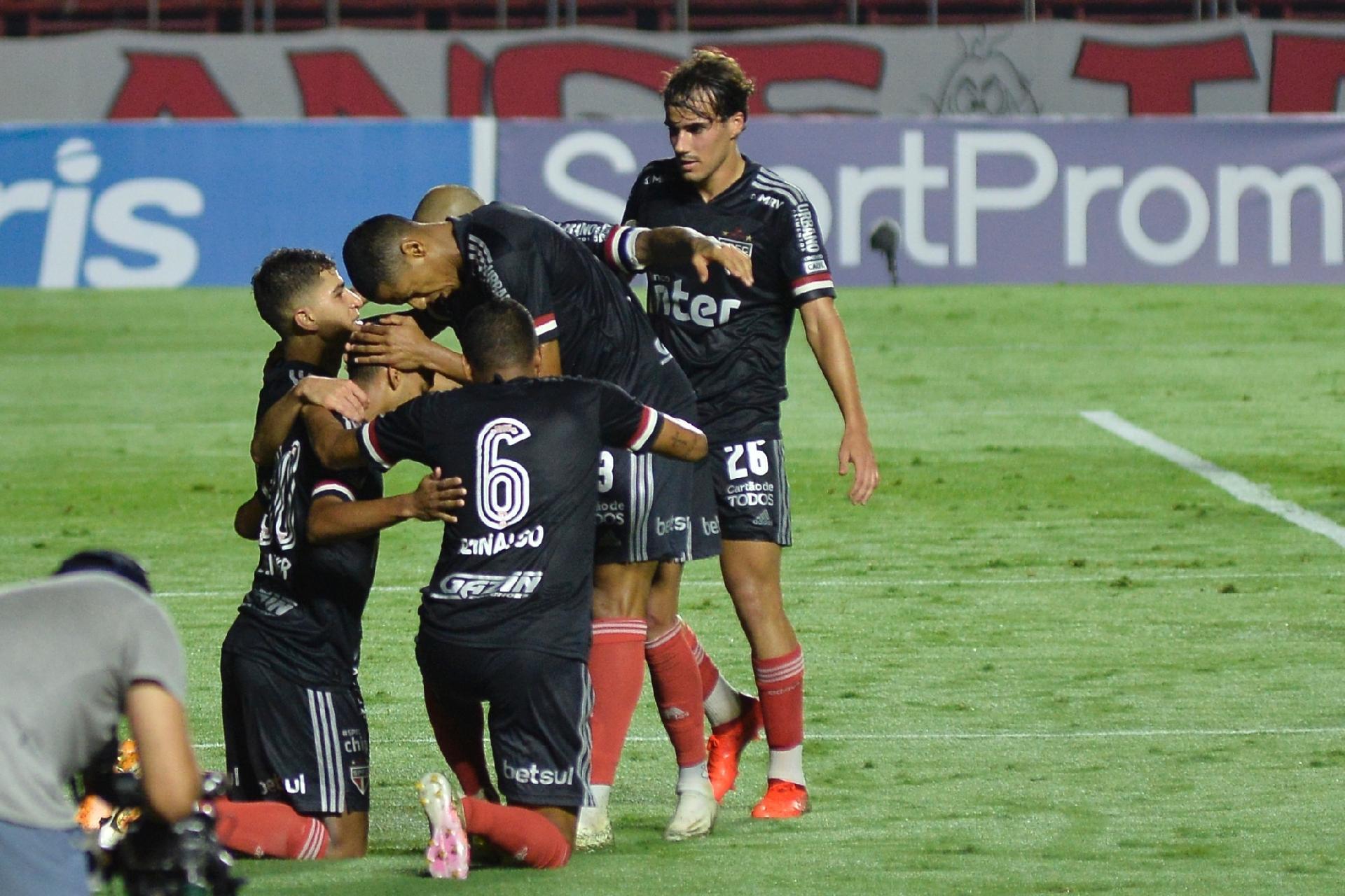 Brenner e Sara brilham, SPFC vence Atlético-GO por 3 a 0 e alivia Diniz