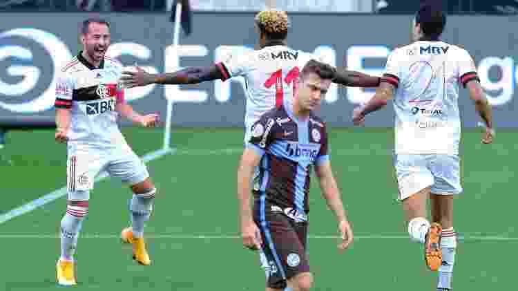 Jogadores do Flamengo comemoram gol sobre o Corinthians - Daniel Vorley/AGIF - Daniel Vorley/AGIF