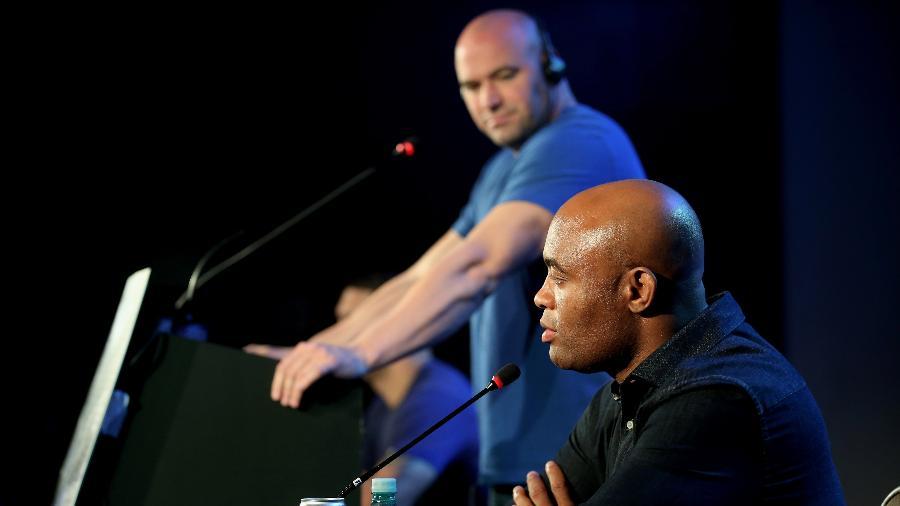 Dana White observa Anderson Silva, durante coletiva do UFC - Friedemann Vogel/Zuffa LLC via Getty Images