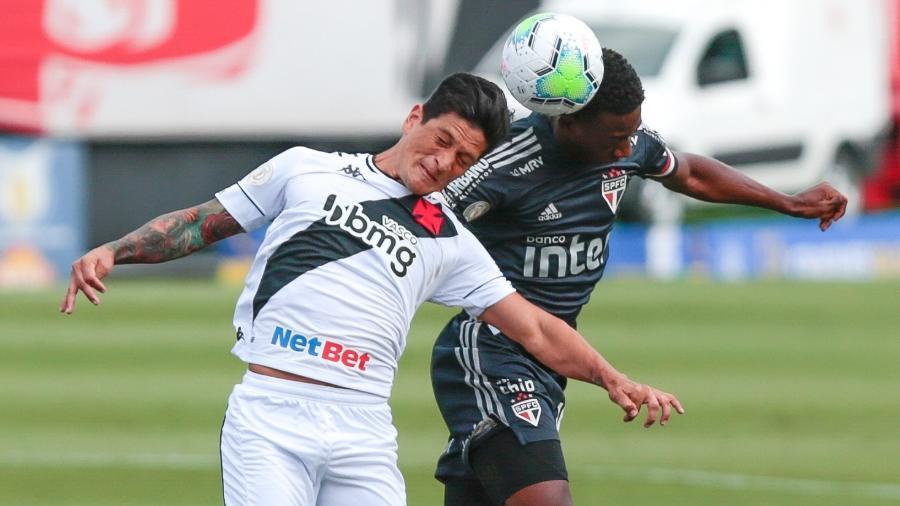Léo, do São Paulo, e Germán Cano, do Vasco, disputam bola em jogo do Brasileirão que terminou empatado em 1 a 1 - Marcello Zambrana/AGIF