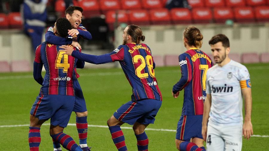 Jogadores do Barcelona comemoram gol de Messi após pênalti perdido - ALBERT GEA/REUTERS