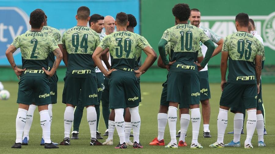 Abel Ferreira conversa com o elenco do Palmeiras antes de treino na Academia - Cesar Greco