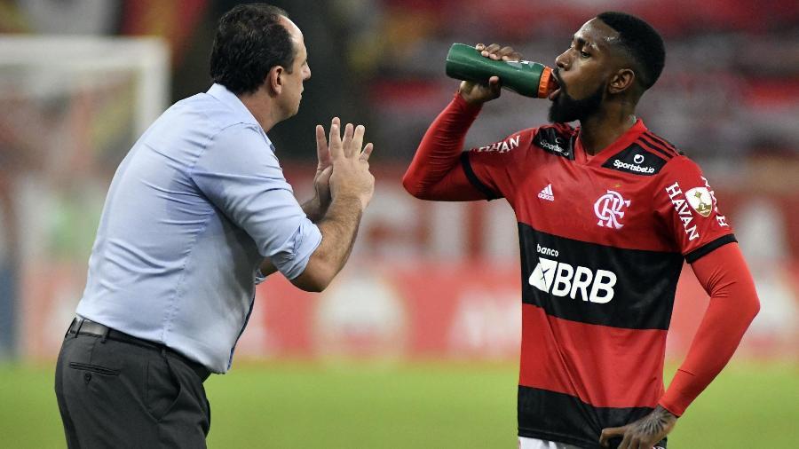 O técnico Rogério Ceni conversa com Gerson em jogo do Flamengo contra a LDU - DHAVID NORMANDO/FUTURA PRESS/FUTURA PRESS/ESTADÃO CONTEÚDO