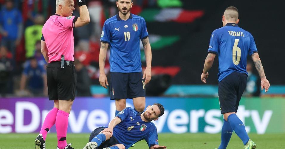 Destaque da campanha italiana, Jorginho sentiu o joelho direito aos 22 minutos de jogo e precisou ser atendido - ele voltou ao gramado pouco tempos
