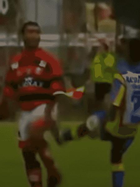 Romário e Cafezinho trocam agressões no jogo entre Flamengo e Madureira, pelo Carioca de 1997 - Reprodução / YouTube - Reprodução / YouTube