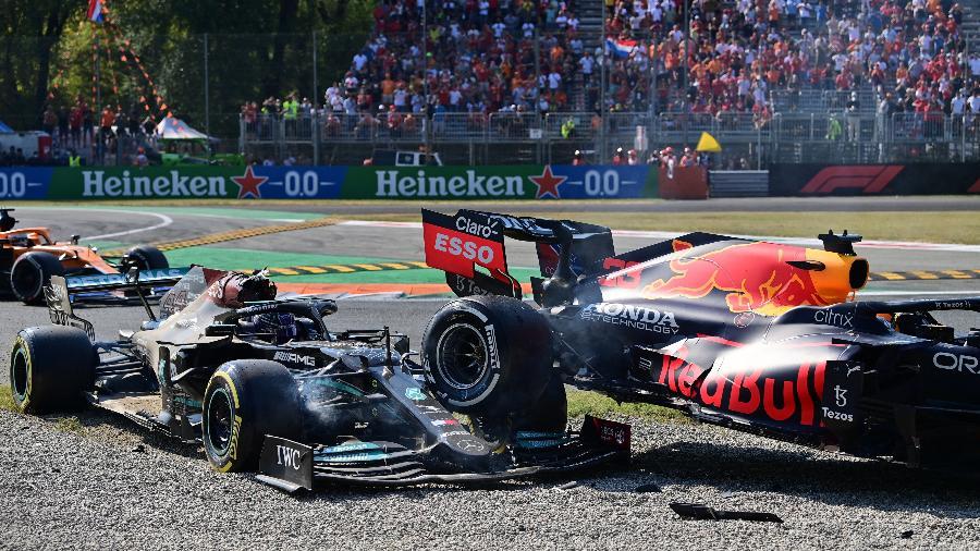 Carros de Hamilton e Verstappen ficaram parcialmente destruídos após grave acidente entre os pilotos - ANDREJ ISAKOVIC / AFP