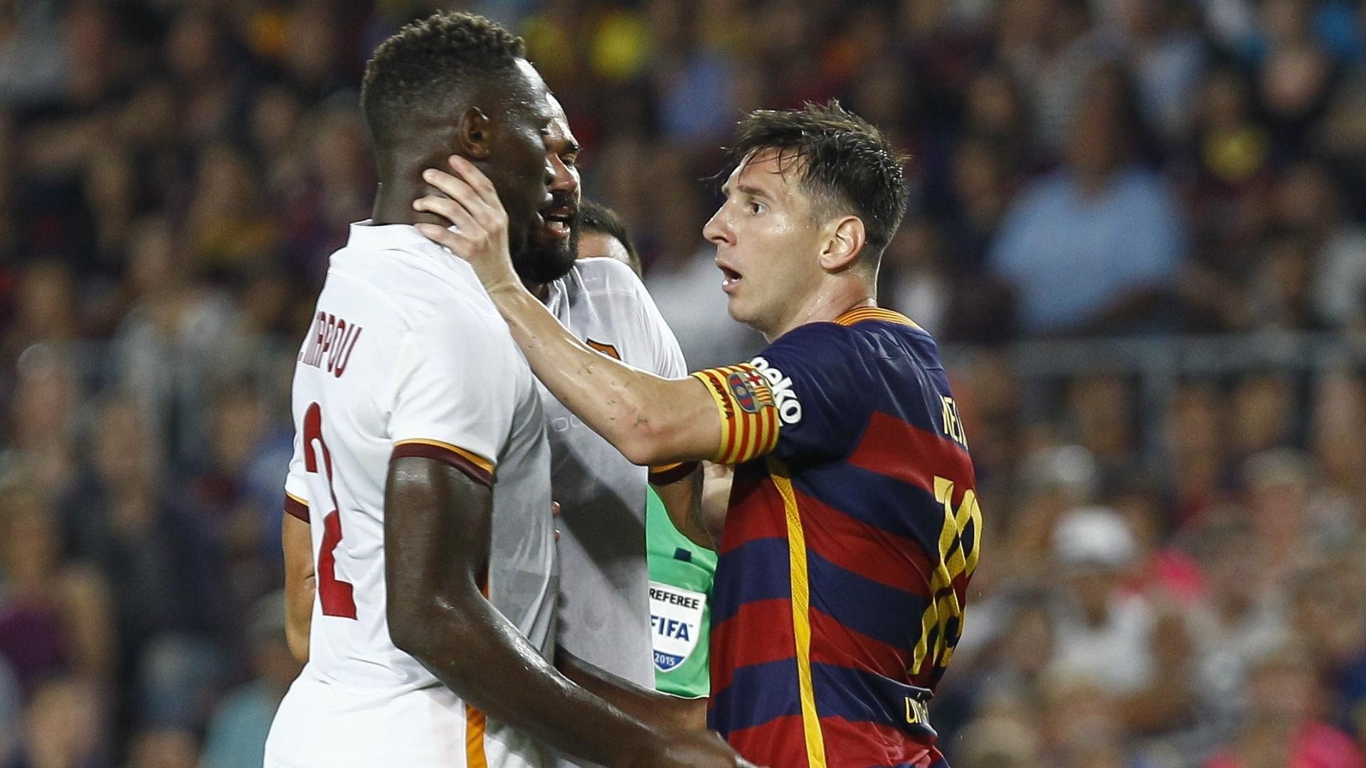 Messi discute com Mapou Yanga-Mbiwa e coloca a mão na garganta do adversário, durante partida entre Barcelona e Roma