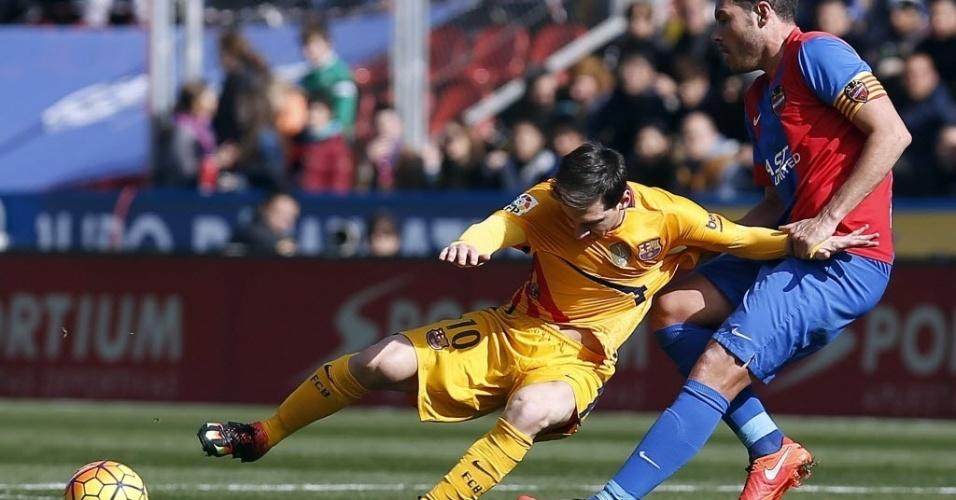 7.fev.2016 - Lionel Messi é derrubado por David Navarro, do Levante, durante lance da vitória por 2 a 0 do Barcelona