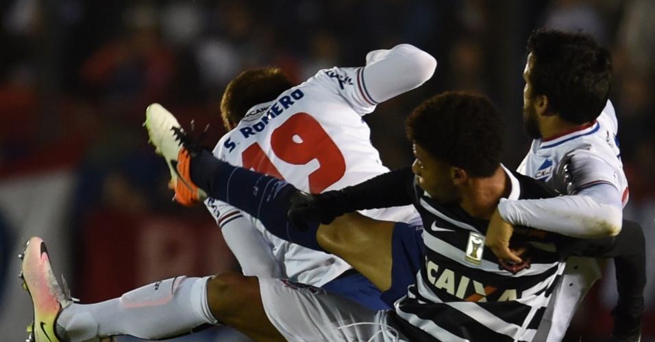 André disputa jogada com Mauricio Victorino, do Nacional-URU, no jogo do Corinthians, na Libertadores
