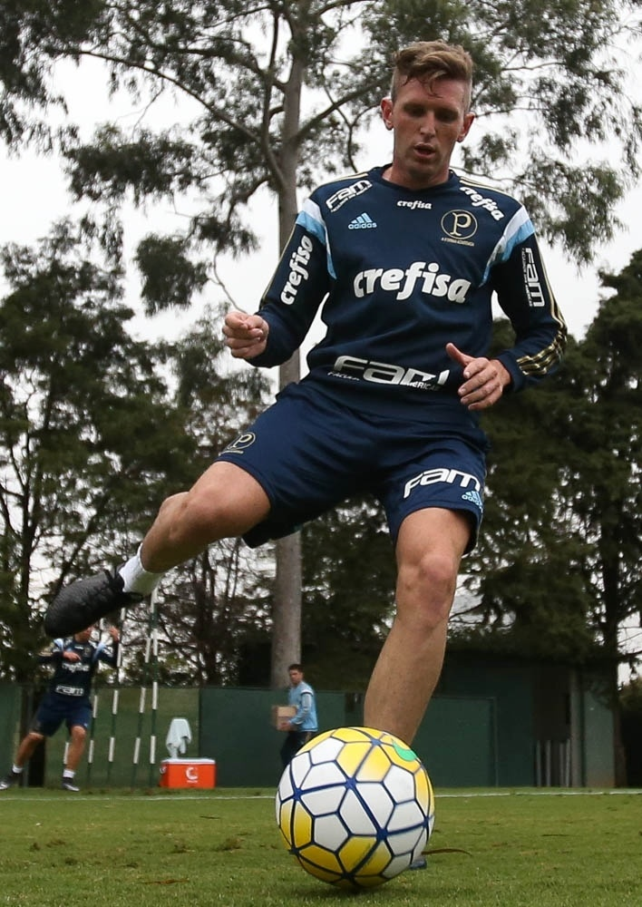 Fabiano em ação no seu primeiro treino como jogador do Palmeiras