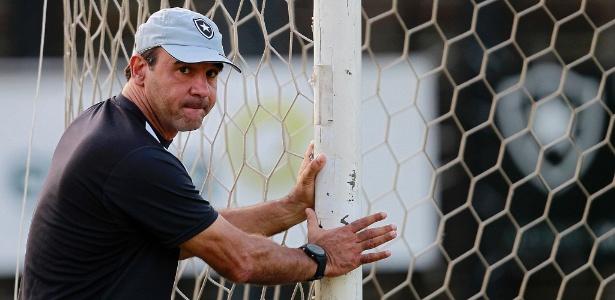 Ricardo Gomes realiza treinamento para acertar o time que enfrentará a Ponte em Campinas
