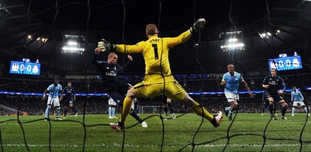 Joe Hart impede o gol de Pepe no duelo da semifinal contra o Real Madrid