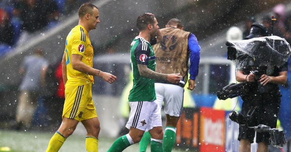 Jogo da Eurocopa entre Irlanda do Norte e Ucrânia é paralisado devido à chuva de granizo