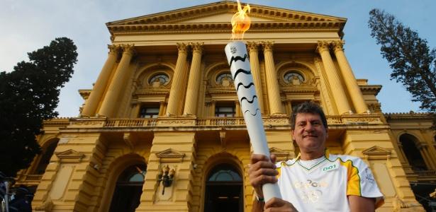 Amauri Ribeiro, um dos maiores jogadores de vôlei da história do Brasil, carregou a tocha Olímpica antes do jogos do Rio-2016, no ano passado.