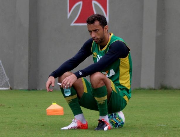 Nenê descansa durante treino do Vasco