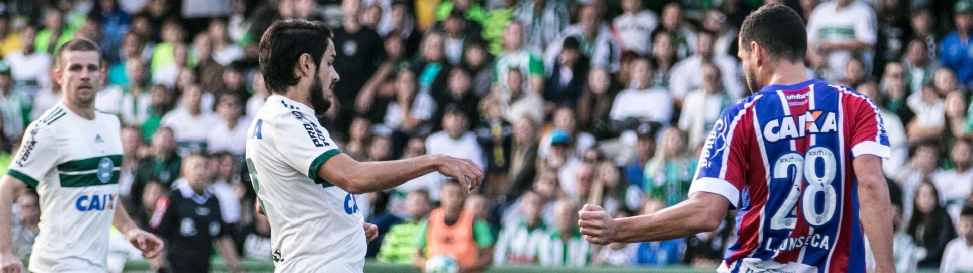 Tiago Real e Lucas Fonseca disputam bola na partida Coritiba x Bahia pelo Campeonato Brasileiro 2017