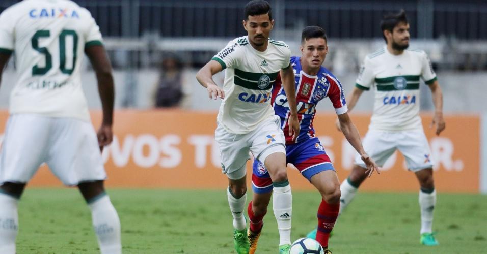 Alan Santos, do Coritiba, em lance contra o Bahia, em Salvador