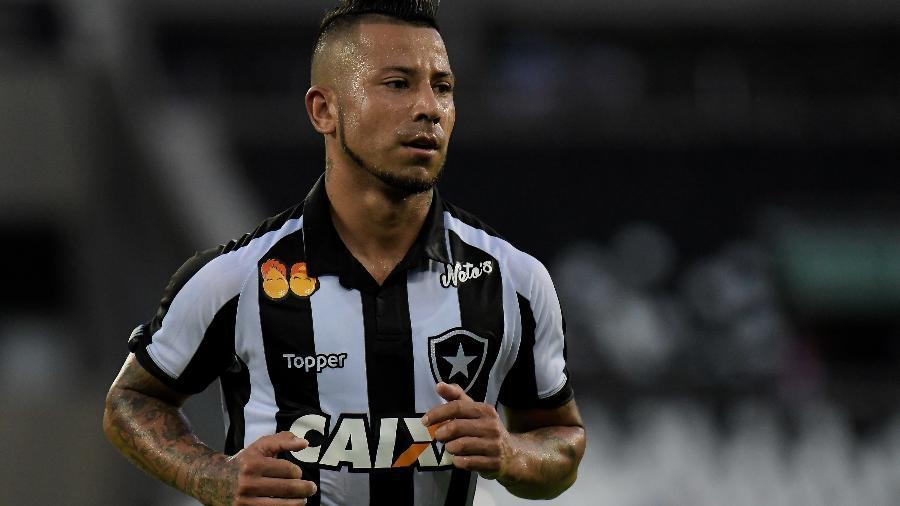 Leo Valencia está fora dos planos do Botafogo, que aguarda proposta para liberar apoiador - Thiago Ribeiro/AGIF
