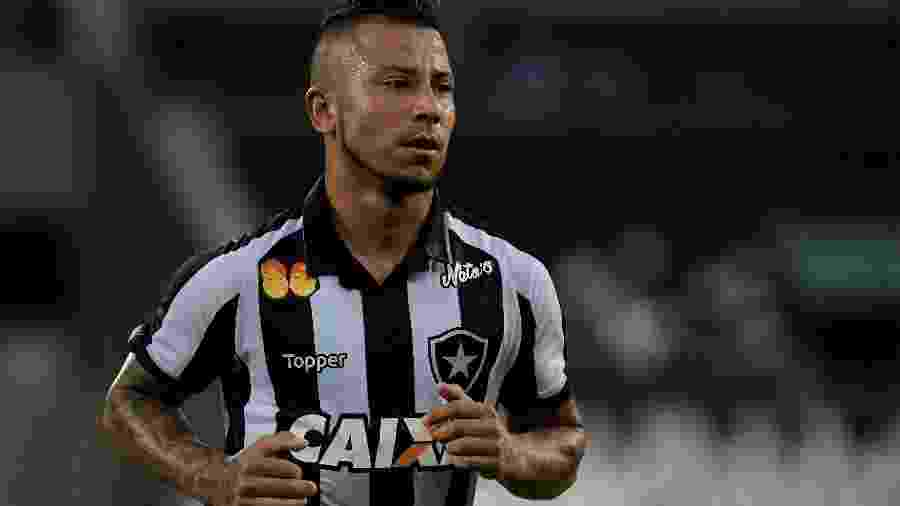 Leo Valencia pode deixar o Botafogo e voltar ao Chile - Thiago Ribeiro/AGIF