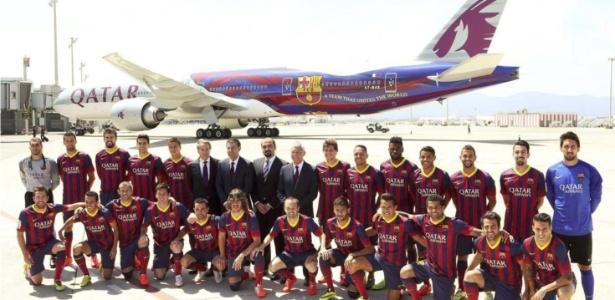 Jogadores do Barcelona em ação de marketing com companhia aérea