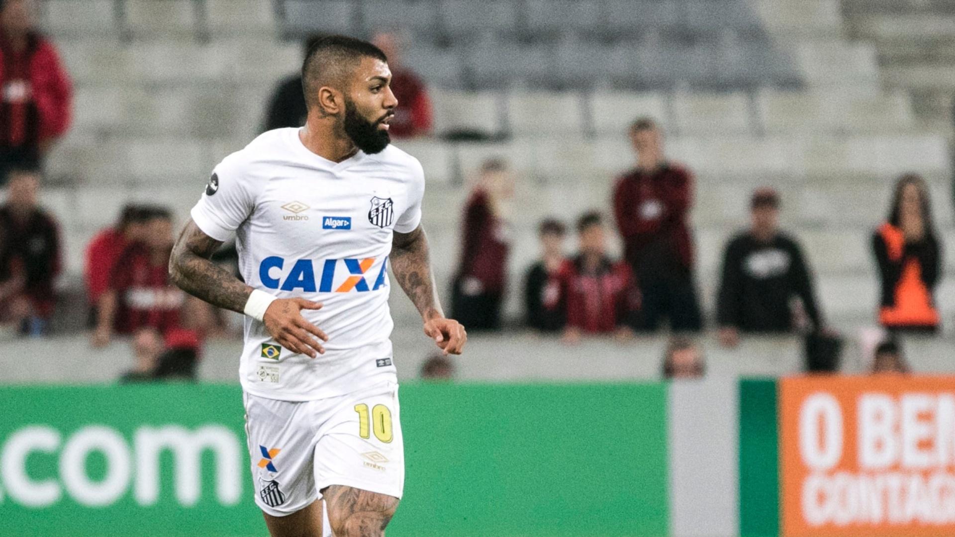 Gabigol segura a bola durante jogo entre Atlético-PR x Santos pelo Campeonato Brasileiro