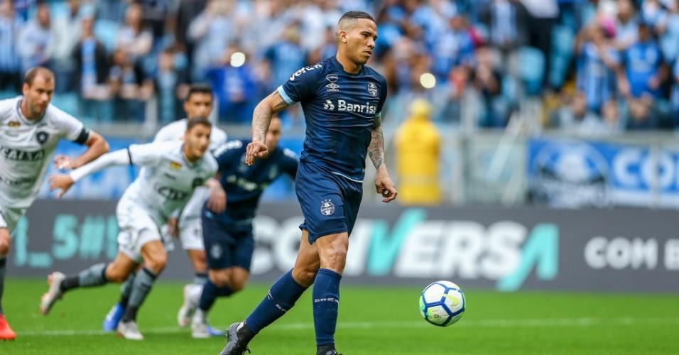 Jael cobra pênalti com cavadinha durante Grêmio x Botafogo