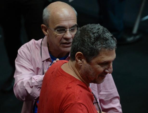 Eduardo Bandeira de Mello conversa com sócio na eleição do Flamengo