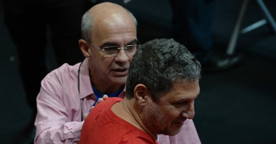 Presidente Eduardo Bandeira de Mello aborda sócio na eleição do Flamengo