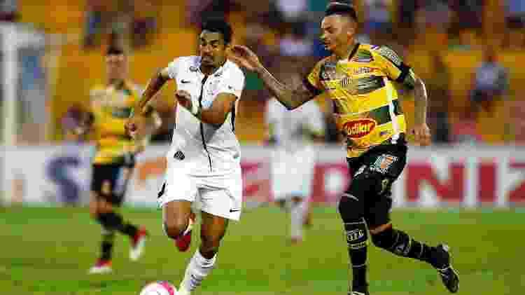 Júnior Dutra e Fábio Ferreira disputam bola em Corinthians x Novorizontino em 2018 - Thiago Calil/AGIF - Thiago Calil/AGIF