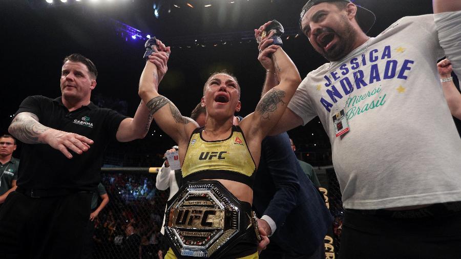 """Jéssica """"Bate-Estaca"""" Andrade celebra ao lado de Gilliard """"Paraná"""" após conquistar título do UFC - Buda Mendes/Zuffa LLC/Getty Images"""