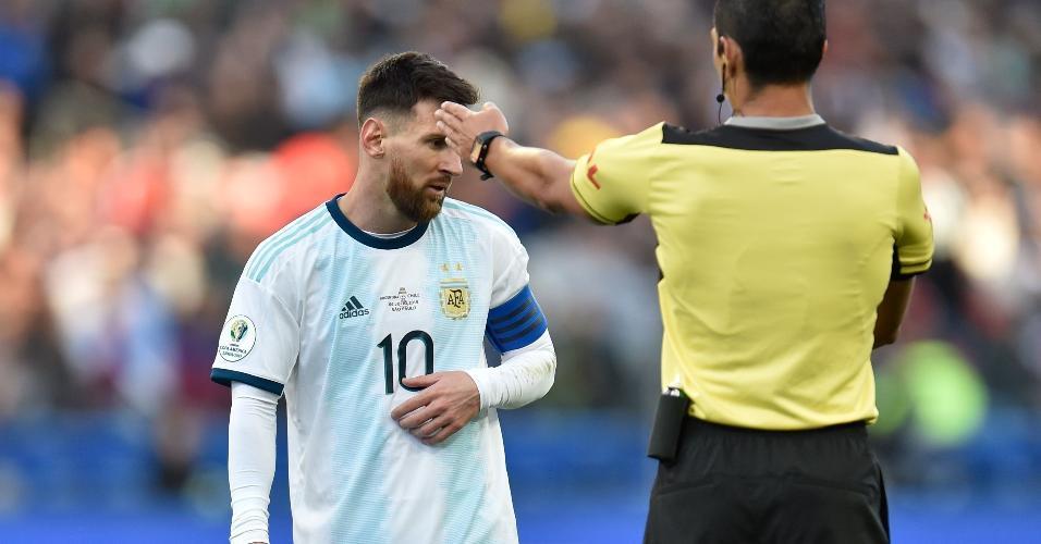 Messi e o árbitro paraguaio Mario Diaz
