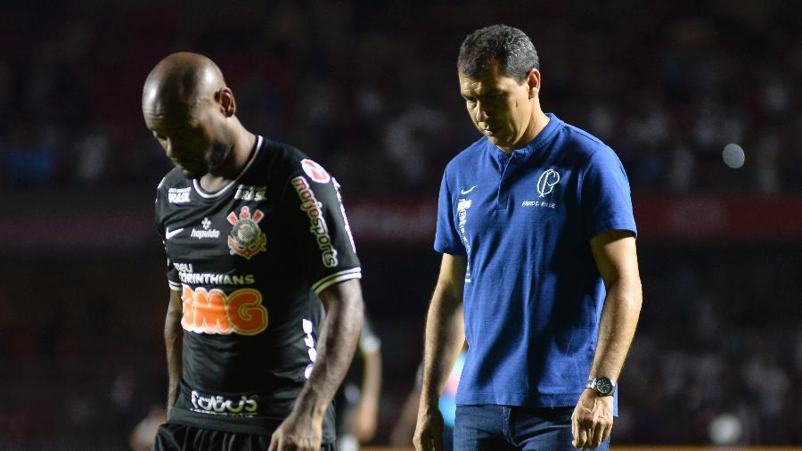 Vagner Love e Fábio Carille, do Corinthians, após partida contra o São Paulo, perdida por 1 a 0 no Morumbi - Bruno Ulivieri/AGIF