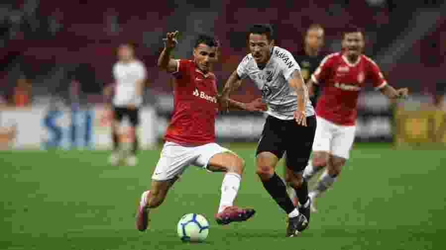 Jogadores disputam bola durante Internacional x Athletico pelo Campeonato Brasileiro - Ricardo Duarte/Internacional