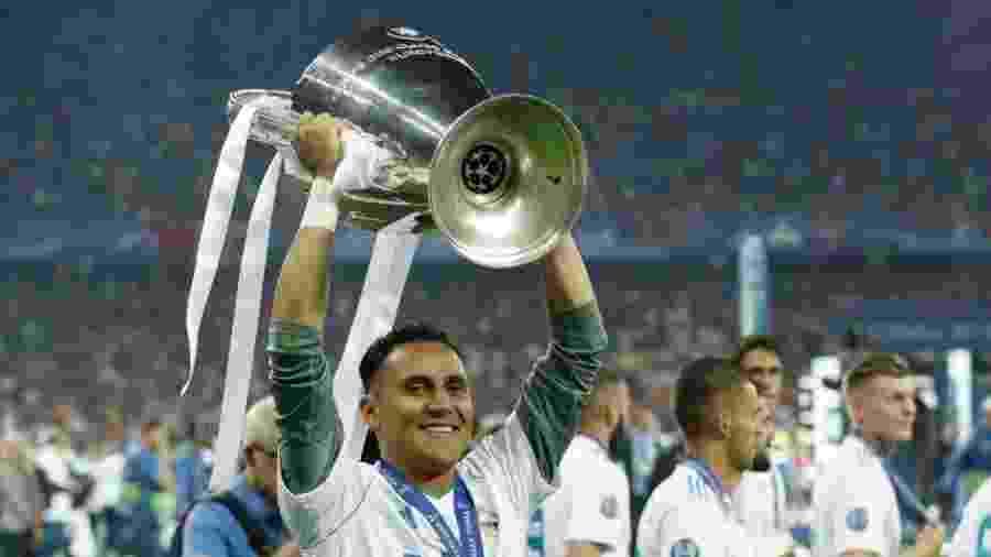 Keylor Navas ergue a taça da Liga dos Campeões após conquista do Real Madrid - VI Images/Getty Images