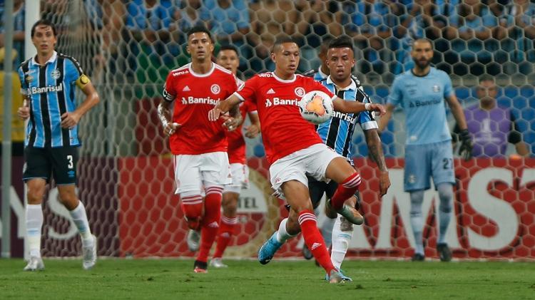 Marcos Guilherme é marcado por Matheus Henrique. Atacante chegou ao Inter em 2020 - Jeferson Guareze/AGIF