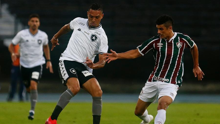 Luiz Fernando, do Botafogo, disputa bola com Egídio, do Fluminense - Vítor Silva/Botafogo