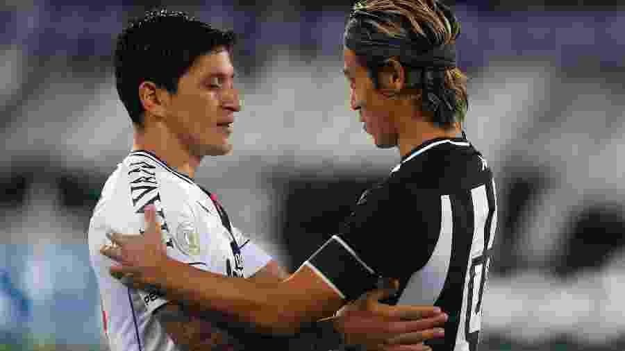Germán Cano e Keisuke Honda se cumprimentam no Vasco x Botafogo: foram companheiros no Pachuca (MEX) - Vitor Silva/Botafogo