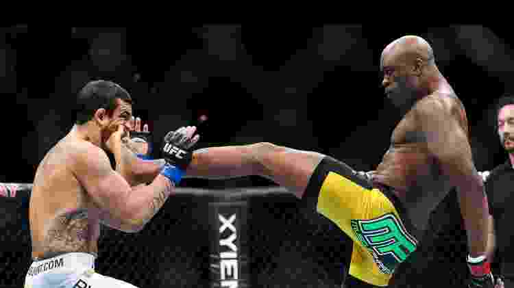 Anderson Silva nocateia Vitor Belfort com um chute no queixo - Zuffa LLC via Getty Images - Zuffa LLC via Getty Images