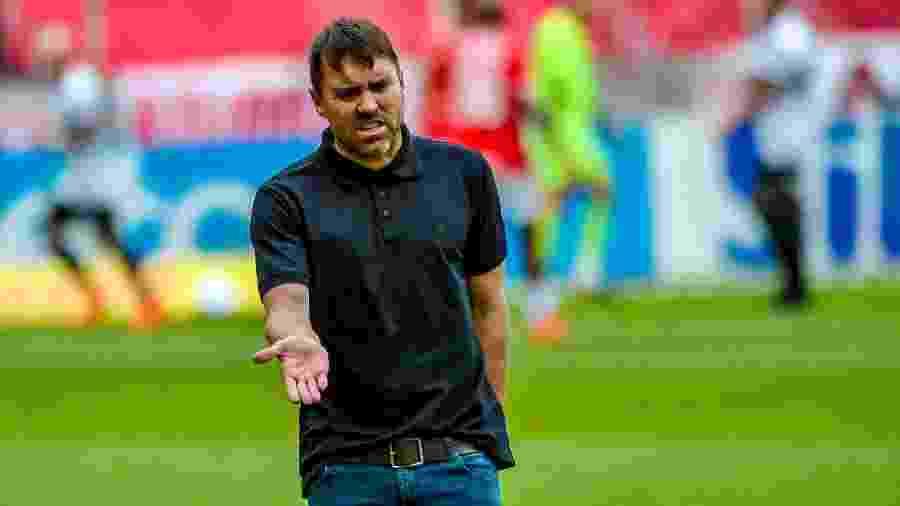 Técnico Eduardo Coudet reclama durante partida do Internacional no Brasileirão, em novembro de 2020 -  Silvio Avila/Getty Images