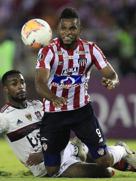 Miguel Borja em ação pelo Junior Barranquilla contra o Flamengo em março de 2020 - Daniel Munoz/VIEW press via Getty Images